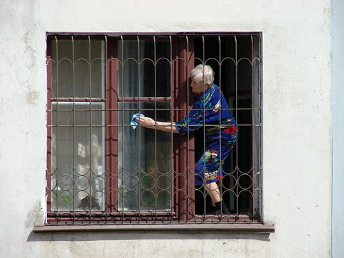 640px-woman_cleaning_windows_-_omsk_-_russia